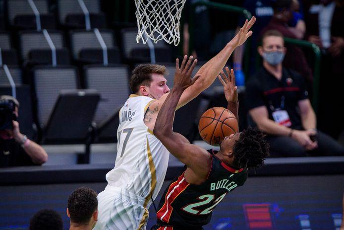 Luka Doncic (links) was voor Dallas Mavericks goed voor een triple-double tegen Houston Rockets.