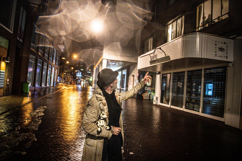 Een man laat zijn robothond uit en zwaait naar mensen die zich wel aan de avondklok houden, Nijmegen, 16 februari. Beeld Koen Verheijden