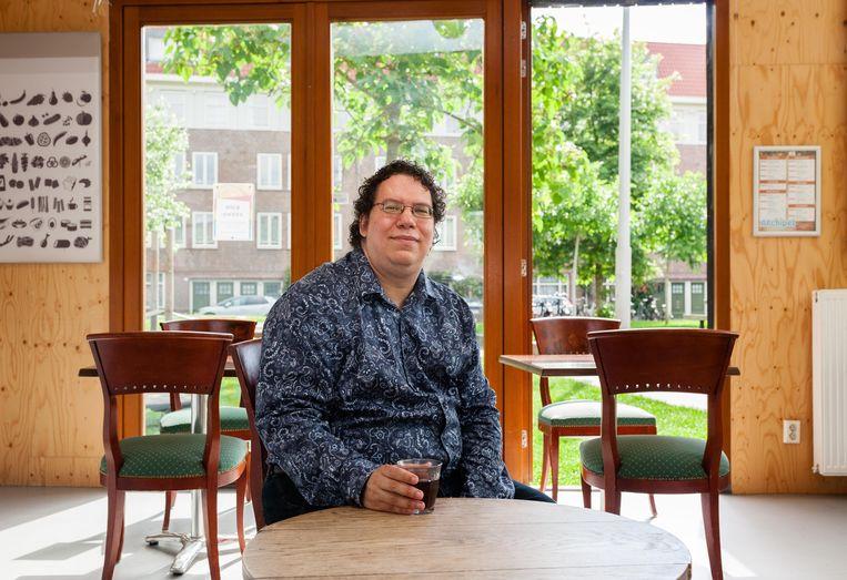Jesse de Vries is beheerder van buurthuis Archipel: 'Kinderen uit de buurt komen hier ijsjes eten en in de fontein voor de deur verkoeling zoeken.' Beeld Nina Schollaardt