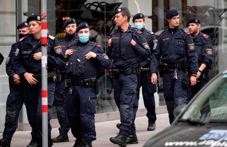 De politie blijft massaal patrouilleren op de plaats van de aanslag in Wenen, de deradicaliseringsdienst en antiterreurcel krijgen intussen felle kritiek.  Beeld AFP