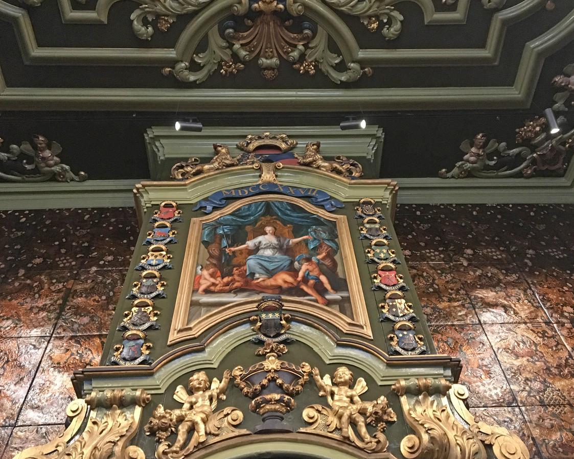 Met het goudleerbehang en andere authentieke elementen is de raadszaal in oude glorie hersteld.