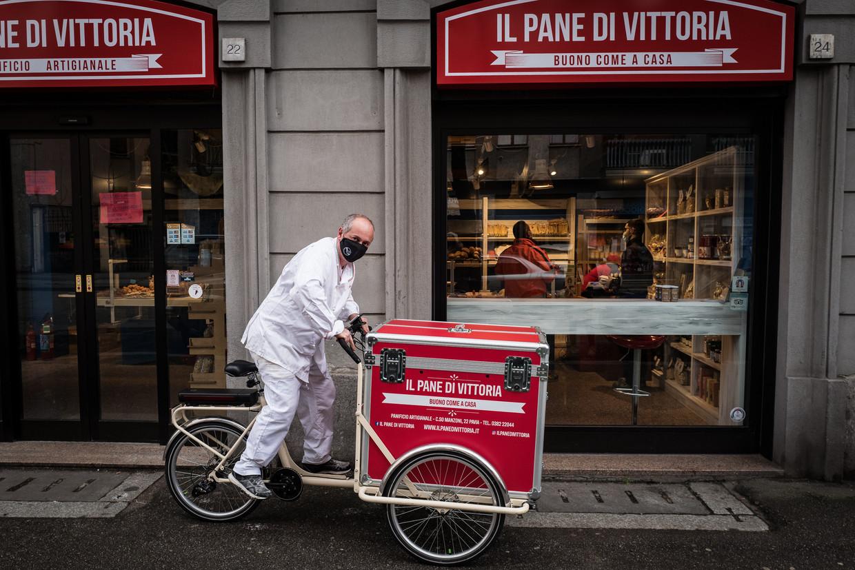 Bakker Luca Bergamaschi met zijn rode elektrische bezorgbakfiets. Beeld Nicola Zolin