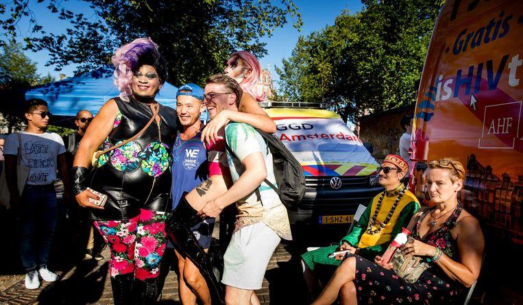 Tweede van rechts is de Indiase homoseksuele prins Manvendra Singh Gohil Beeld anp
