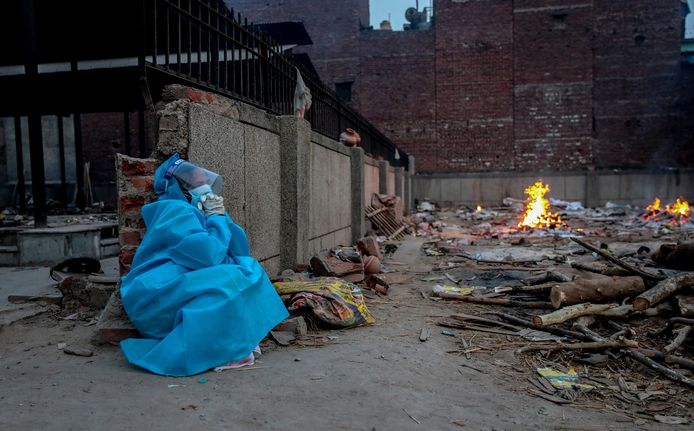 Een gezondheidswerker rouwt  in New Delhi