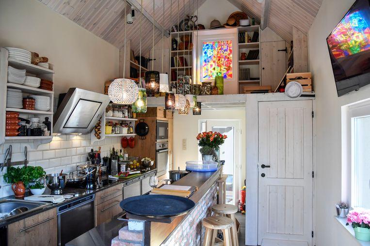 Een oud stalletje is nu een klein gezellig keukentje.