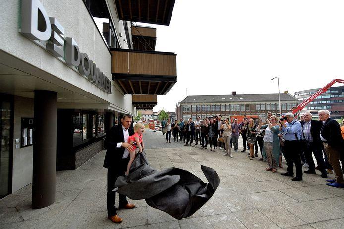 In 2017 werd in Roosendaal het appartementencomplex De Douanier feestelijk geopend. De Douanier, in het verleden in gebruik als douanekantoor, is een mooi voorbeeld van stedelijke vernieuwing zoals de provincie Noord-Brabant dat graag ziet. Op de foto wethouder Toine Theunis met de toen jongste bewoonster van het pand.