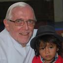 Pater Theo Raaijmakers en een van de kinderen van Bolivia