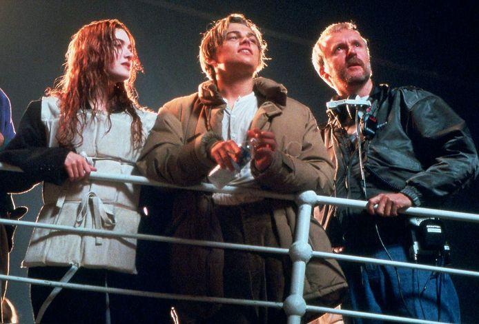 """Leonardo DiCaprio avec Kate Winslet et James Cameron sur le tournage de """"Titanic""""."""