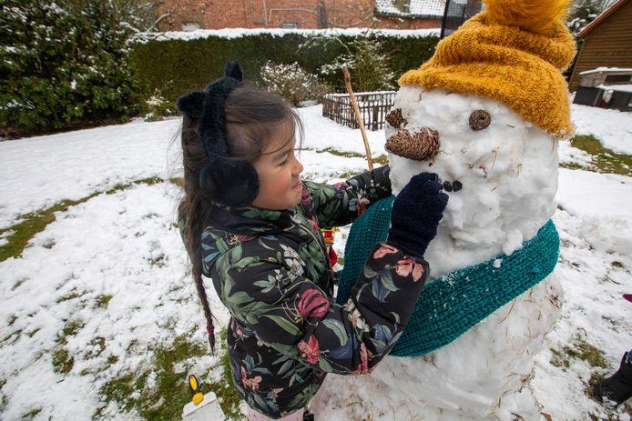 Felicity in Lummen brengt een grote sneeuwman tot leven.