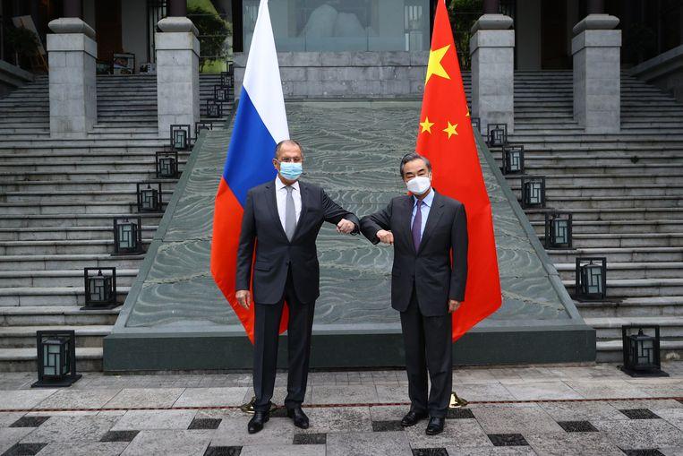 De Russische minister van Buitenlandse zaken Sergei Lavrov (l) op bezoek bij zijn Chinese college Wang Yi (r).  Beeld EPA