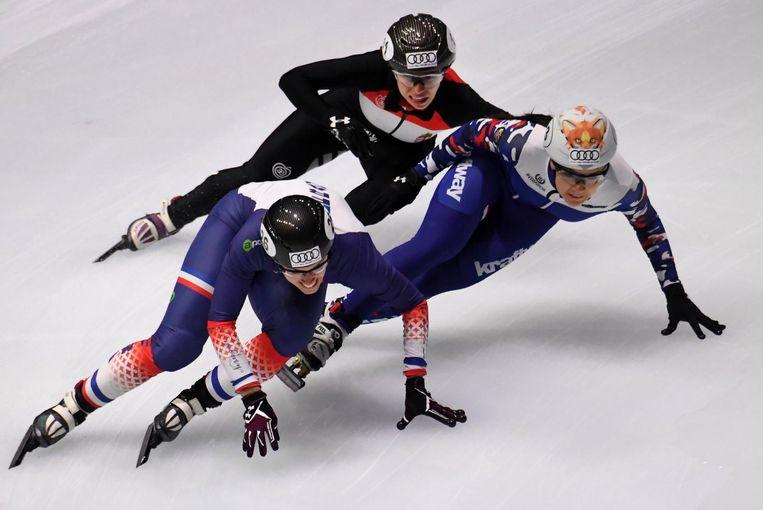 De Franse Veronique Pierron, de Hongaarse Petra Jaszapati en de Russische Sofia Prosvirnova (R) tijdens de 3000 meter op de ISU Short Track Speed Skating World Cup in Boedapest eind september 2017. Beeld afp