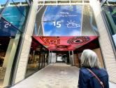 Straatbeeld: Emmapassage, wandelen onder een LED-dak van nieuwtjes en reclame