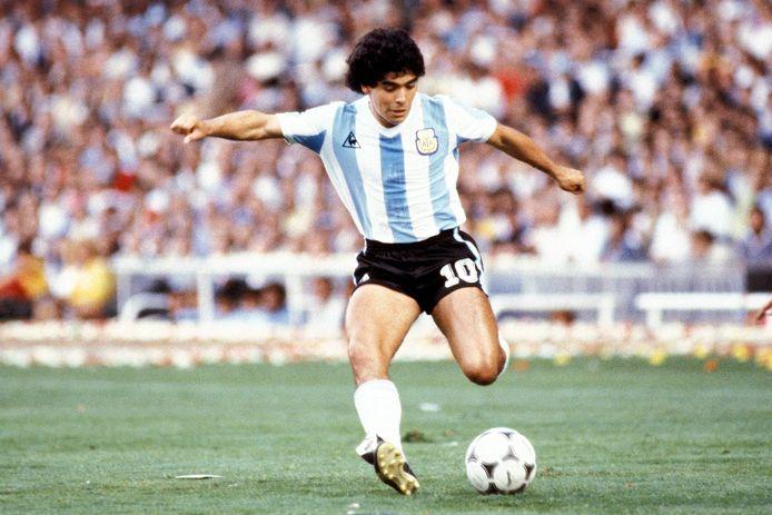 Diego Maradona in actie tijdens het WK in 1982.