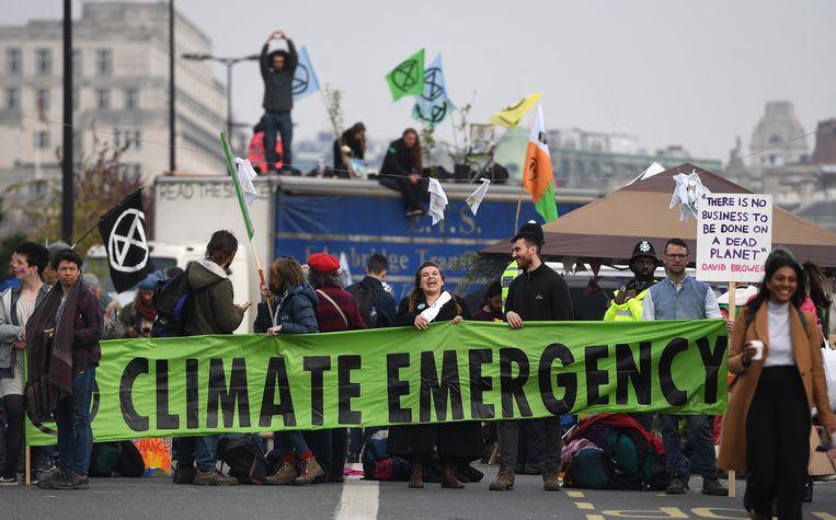 Klimaatactivisten op de Waterloo-brug in Londen.