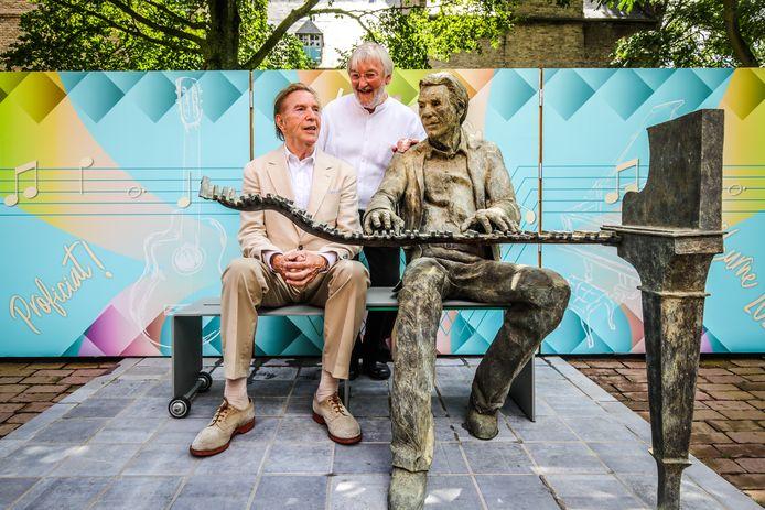 Georges Schelstraete en Will Tura aan het standbeeld van de Keizer van het Vlaamse lied.