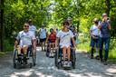 Onder begeleiding van trompetgeschal werd het nieuwe rolstoelpad in gebruik genomen.