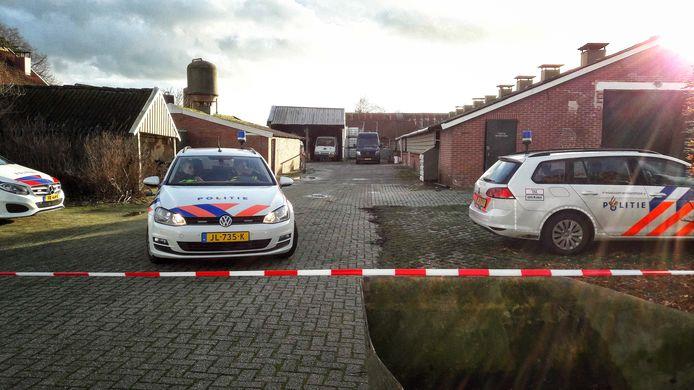 Politiewagens op het erf in Vragender na de vondst van het drugslab.