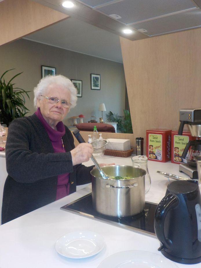 Eén van de klanten helpt mee met het bereiden van de soep.