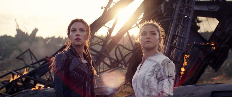Scarlett Johansson (links) als Natasha Romanoff en Florence Pugh als haar zus Yelena. Beeld Courtesy of Marvel Studios