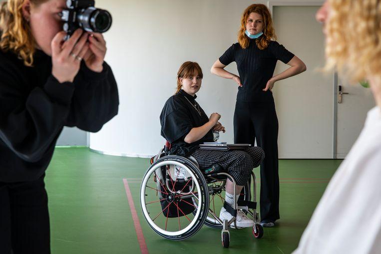 Fotograaf Lisa van der Rhee (24) fotografeert Simon.  Beeld Dingena Mol