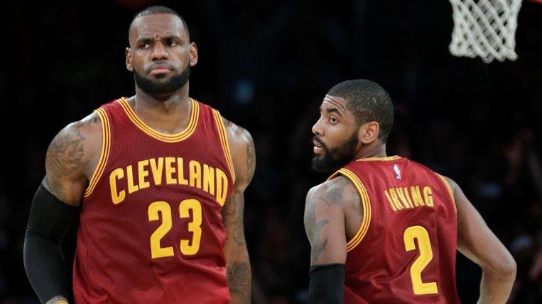 LeBron James (links) en Kyrie Irving van Cleveland Cavaliers, een van de NBA-teams die meedoen aan de boycot van Trump Hotels. Beeld AP