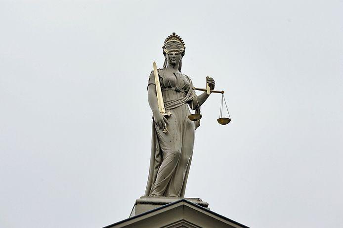 Het beeld van Vrouwe Justitia op de rechtbank in Zutphen.