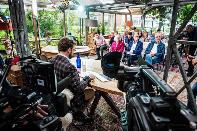 Restaurant 't Zwaantje in Bodegraven, kort voor de opnamen van de hoorzitting. Aan de tafel Rijdende Rechter John Reid.