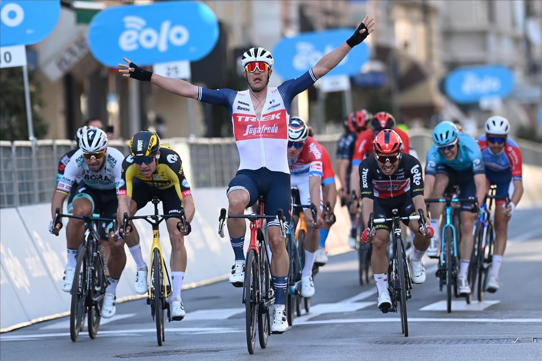Jasper Stuyven wint op de Via Roma Milaan-Sanremo, voor Caleb Ewan en Wout van Aert. Op het WK rijdt hij helemaal in dienst van de laatste. Beeld Photo News