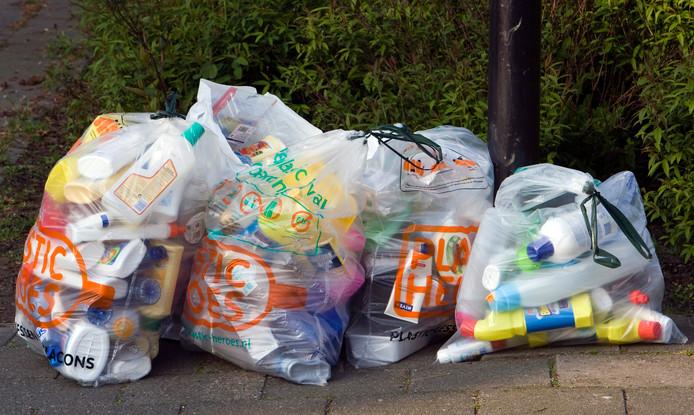 Door de zogenaamde kroonringen waaien de afvalzakken van Plastic Heroes straks niet meer zomaar weg.