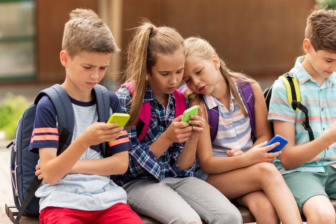 Schoolkinderen met hun smartphone.