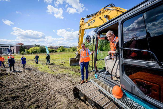 TT-2021-9200 De wethouders Wim Meulenkamp (links) en Harry Scholten geven startsein voor nieuwe toegangs- en ontsluitingsweg voor  het voormaligeTSB-terrein, nu 'Op Stoom',  genoemd, in Goor.