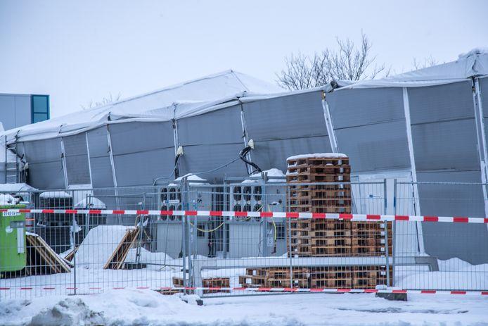 Tent bezwijkt onder sneeuw, ijsbeeldenfestival Zwolle