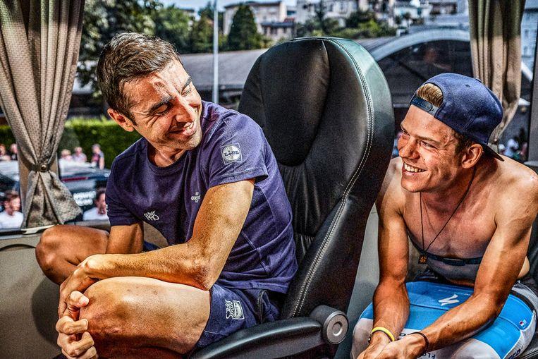 """Max Richeze en Bob Jungels op weg naar Lourdes voor de start van de laatste bergrit in de Tour. Ontspannen. Jungels zal die dag vanaf het begin aanvallen. Richeze zal vechten om binnen tijd aan te komen. """"Ik heb de ganse dag gevolgd in de auto van ploegleider Brian Holm en Max zien afzien."""""""