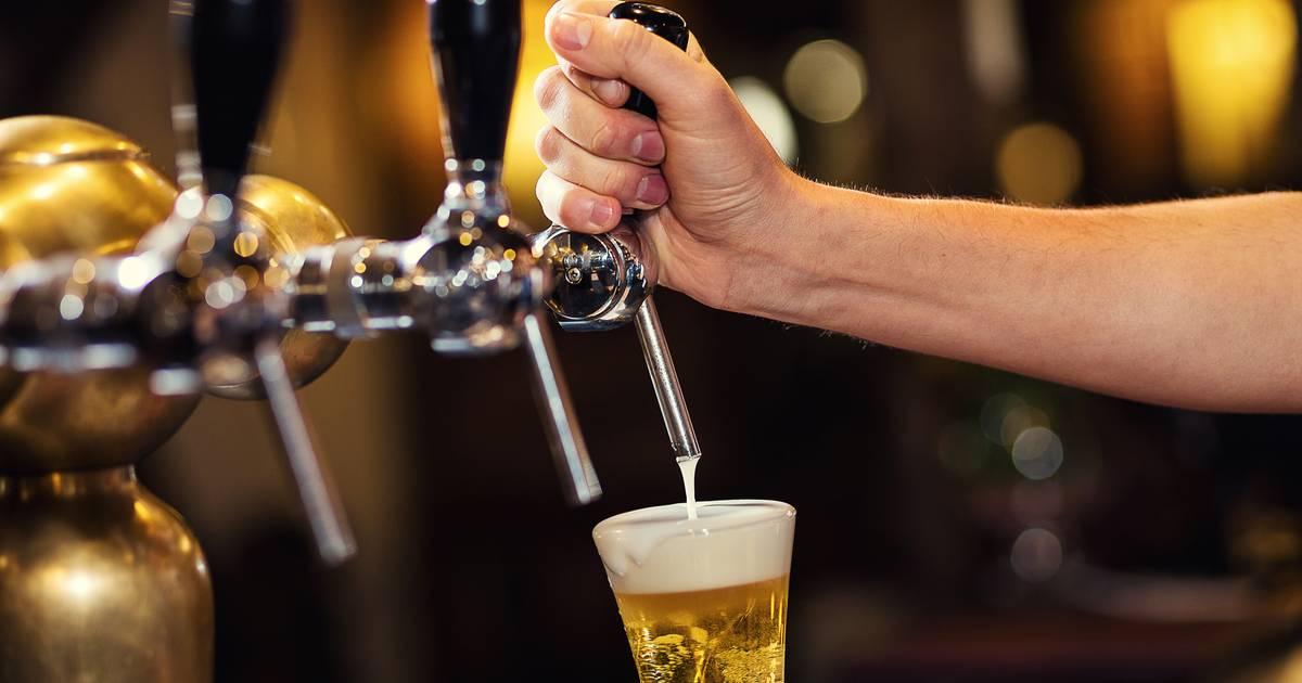 Partij die gratis bier uitdeelt, valt hard door de mand - AD.nl