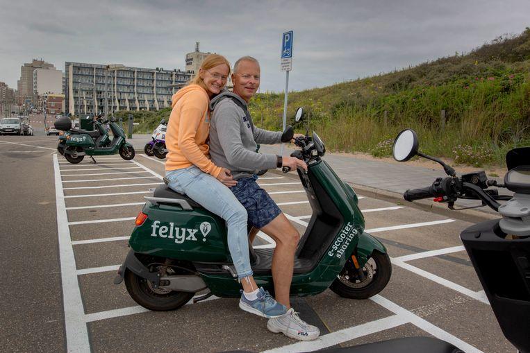 Duitse toeristen Tanja Jochum en Stefan Voellmer parkeren keurig in de parkeervakken voor deelscooters bij het Zwarte Pad in Scheveningen, maar niet iedereen doet dat.  Beeld Maartje Geels