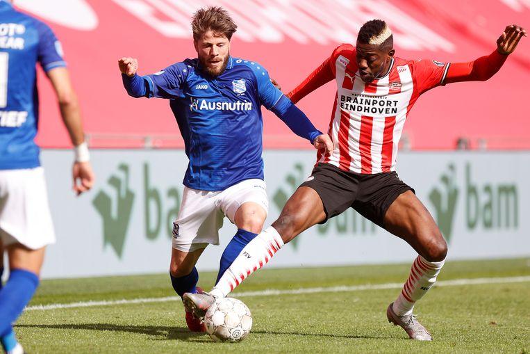 Lasse Schöne (links) in duel met de PSV'er Ibrahim Sangaré Beeld Pro Shots / Thomas Bakker