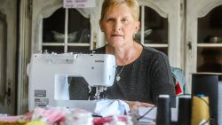 """Zeven weken geleden verloor ze haar zoon, nu stikte Petra al meer dan 12.000 mondmaskers: """"Matthias geeft me een duwtje in de rug"""""""