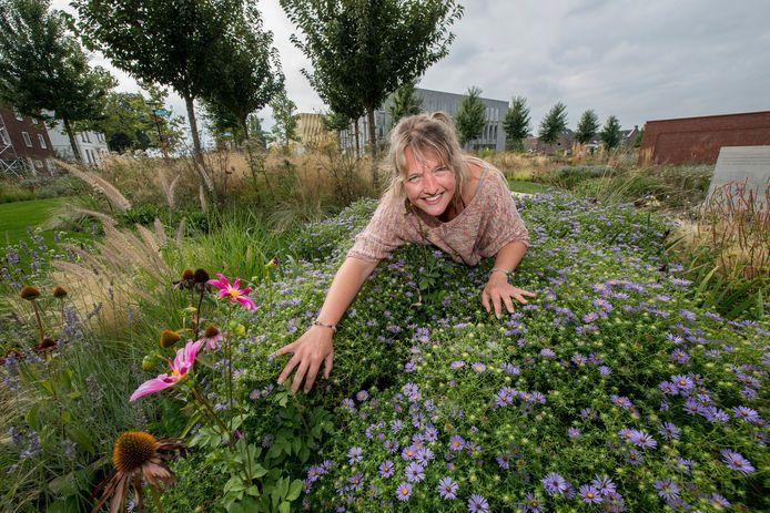 Vrijwilliger Iris Gryp in de Vlindertuin.