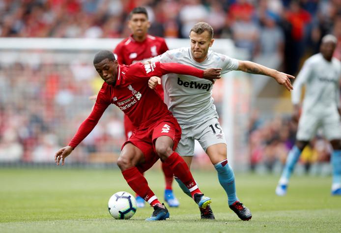 Georginio Wijnaldum in duel met Jack Wilshere van West Ham United.