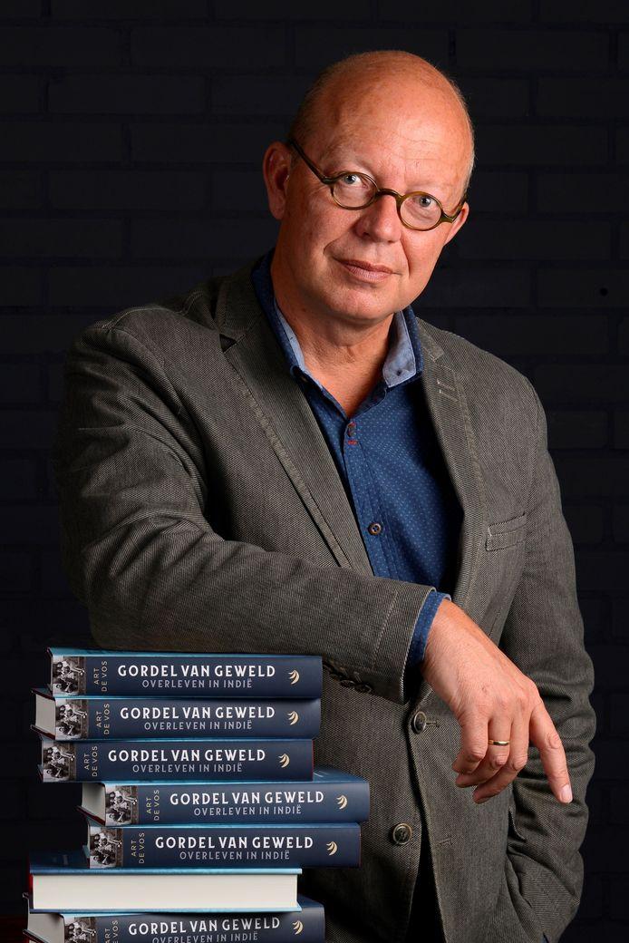 Art de Vos met zijn boek Gordel van Geweld.