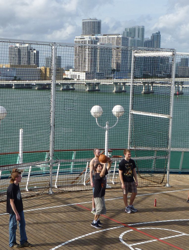 Achteraan het schip is een basketbalveldje.