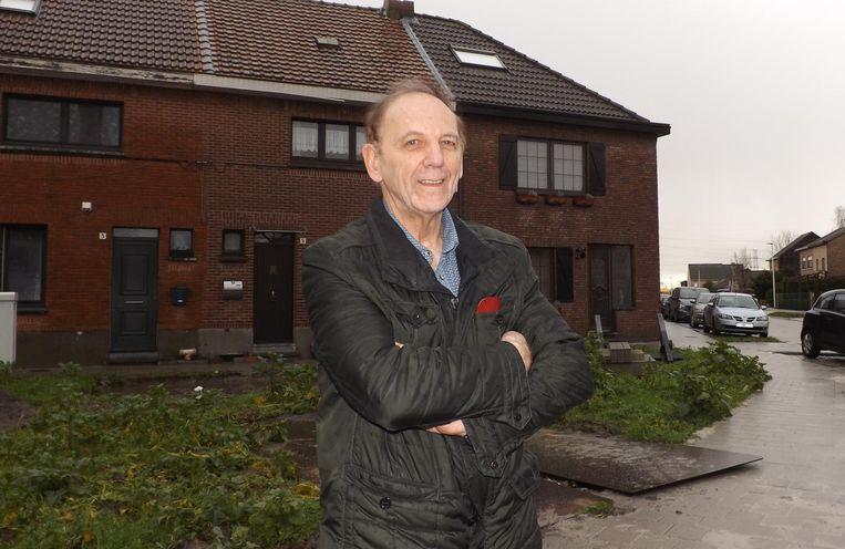 Wilfried Vanhoutte op de hoek van de Steenwinkelstraat en de Tuinlei, waar de V1-bom 73 jaar geleden zeven dodelijke slachtoffers maakte.