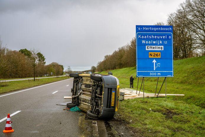 Een auto met aanhanger kantelde op de Midden-Brabantweg.