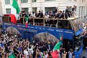 De spelers van Italië worden als helden onthaald in Rome.