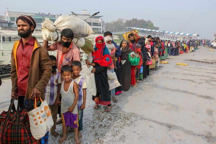 Rohingya's in de rij voor vertrek naar het eiland.