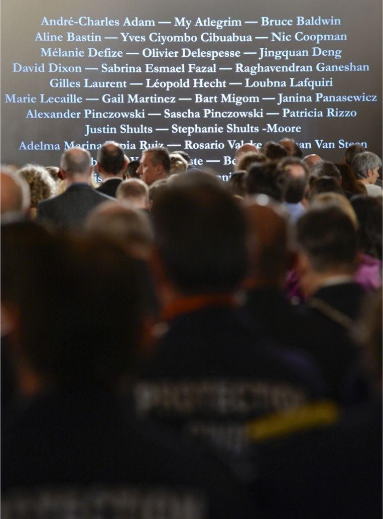 'De namen van de 32 dodelijke slachtoffers worden luid en langzaam voorgelezen op de herdenkingsplechtigheid in het paleis.' Beeld