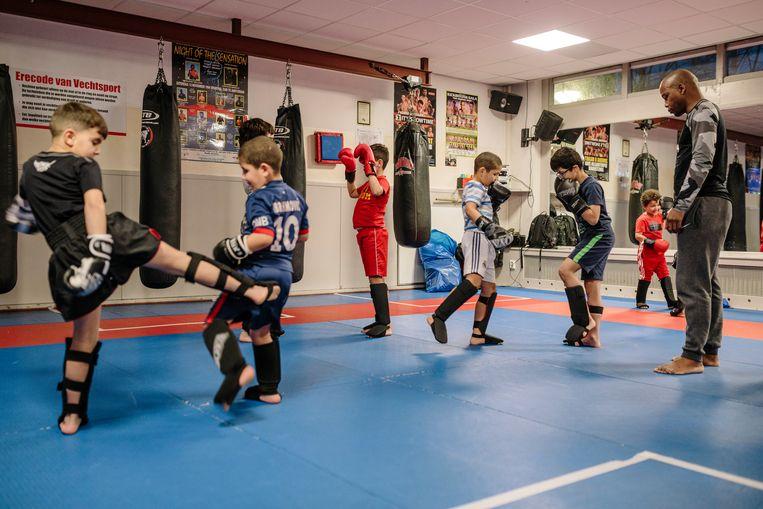 Kinderen krijgen les in sportschool Pancration. Beeld Marc Driessen