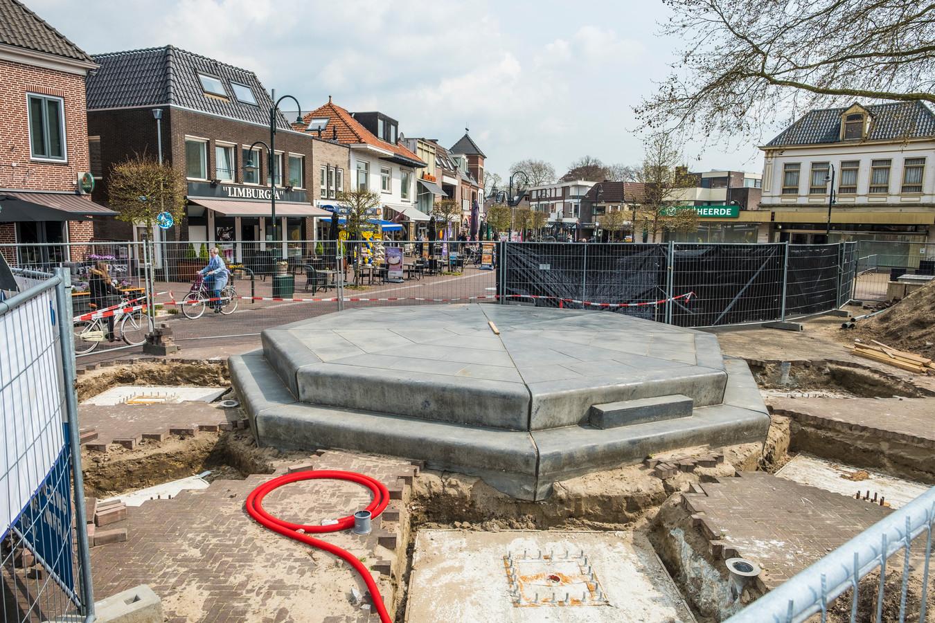 """,,Het gat moet dicht"""", zegt Bert Rozendaal van de Ondernemersvereniging in Heerde. De omheining over de weg is gevaarlijk voor fietsers."""