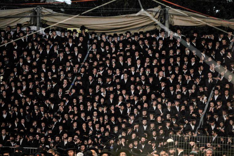 Ultra-orthodoxe joden donderdagavond bij de gedenkplaats voor rabbijn Sjimon bar Jochai bij de berg Meron in het noorden van Israël, waar zich het drama afspeelde. Beeld AFP