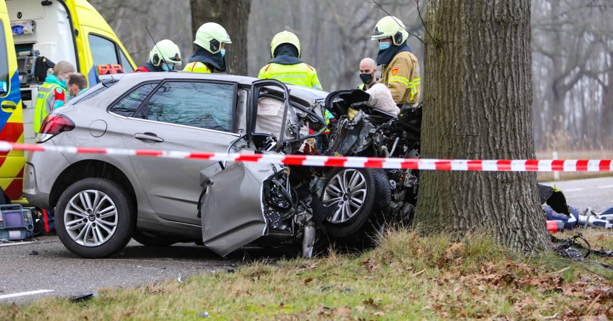 Zwaar ongeluk aan rand van Apeldoorn: motorblok vliegt uit auto, slachtoffer door brandweer bevrijd.